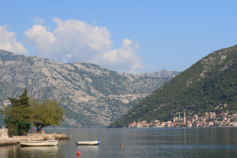 小跳船和小船科托尔湾在黑山 免版税库存图片