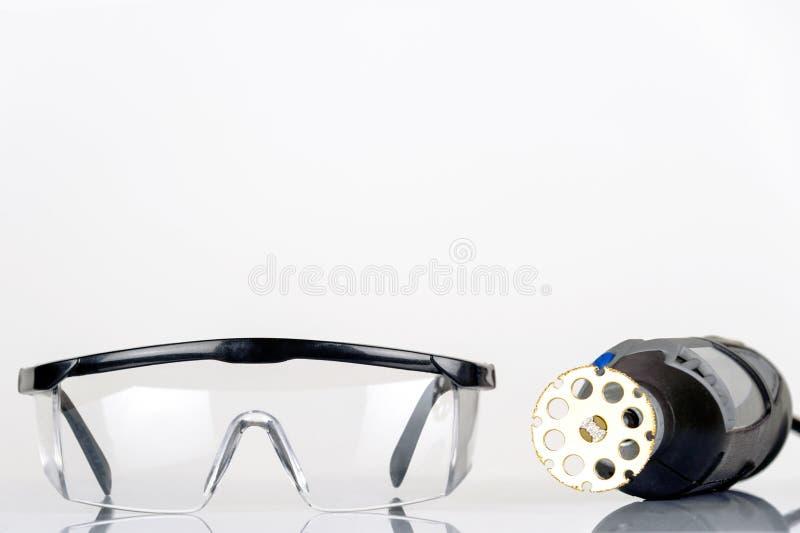 小转台式工具与看见了被隔绝的附件和安全眼镜 免版税库存图片