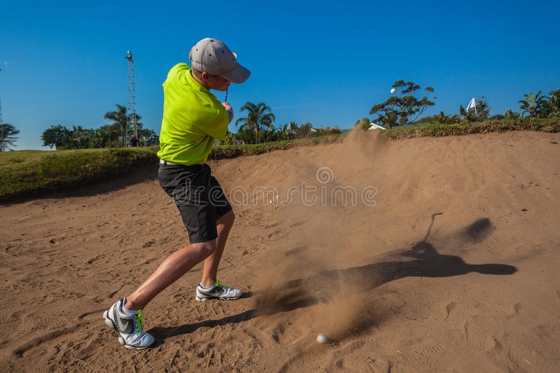 小辈球员沙子球飞行高尔夫球实践 库存照片