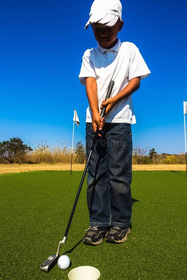 小辈高尔夫球投入 免版税库存图片