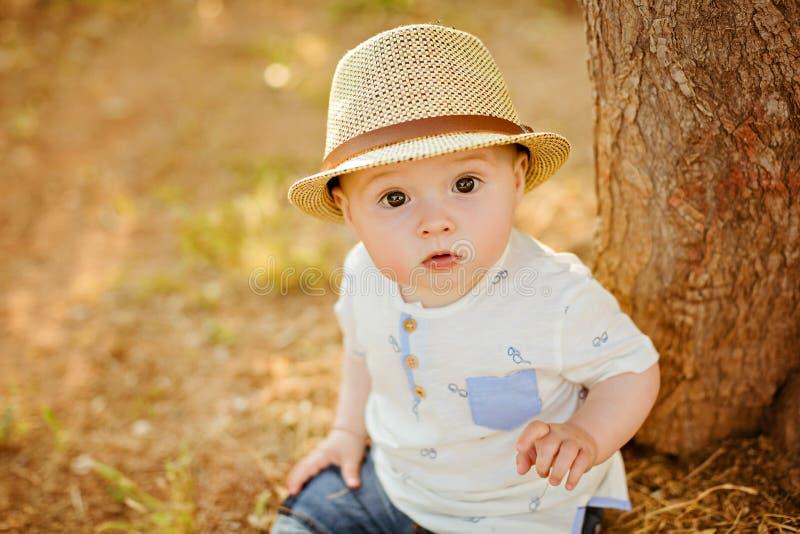 小迷住和非常有大棕色眼睛的美丽的男婴我 免版税库存照片