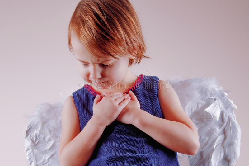 小逗人喜爱的儿童女孩画象有翼的作为天使 库存图片