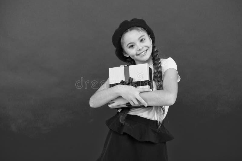小逗人喜爱的女孩接受了与丝带弓的礼物组装 猜测什么您的儿童梦想 最佳的玩具和圣诞礼物 库存图片