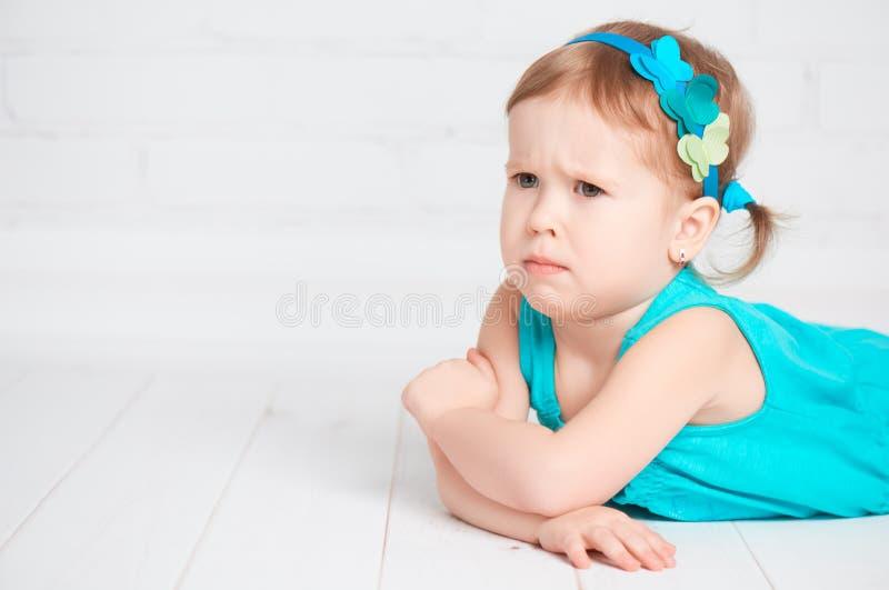 小逗人喜爱的女孩被触犯,恼怒的皱眉 免版税库存图片