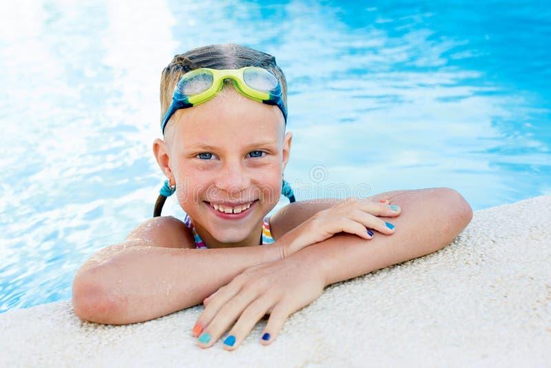 小逗人喜爱的女孩画象游泳池的 免版税库存照片
