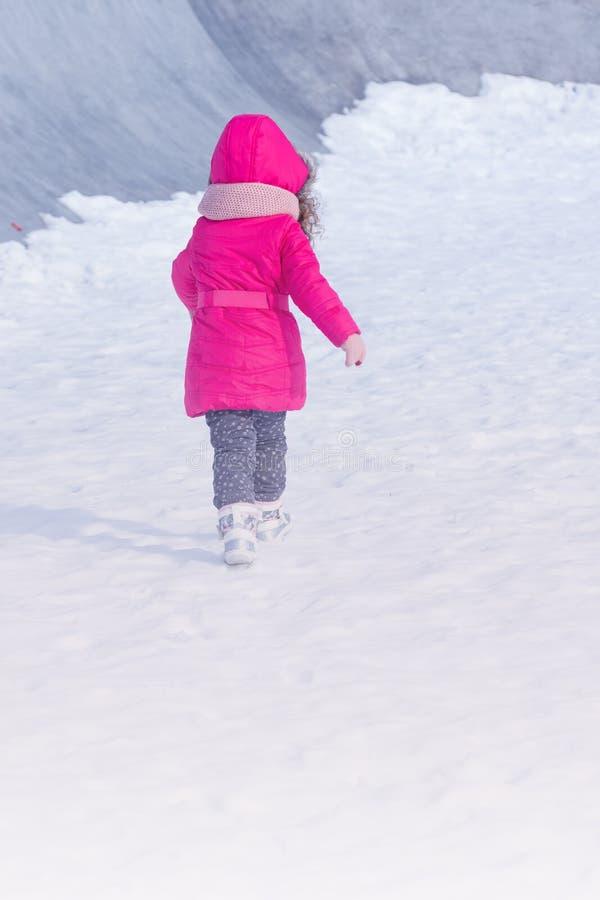 小逗人喜爱的甜女孩室外使用在冬天雪公园 库存照片