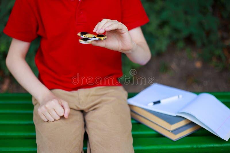 小配件瘾 使用与坐立不安锭床工人的男小学生  图库摄影