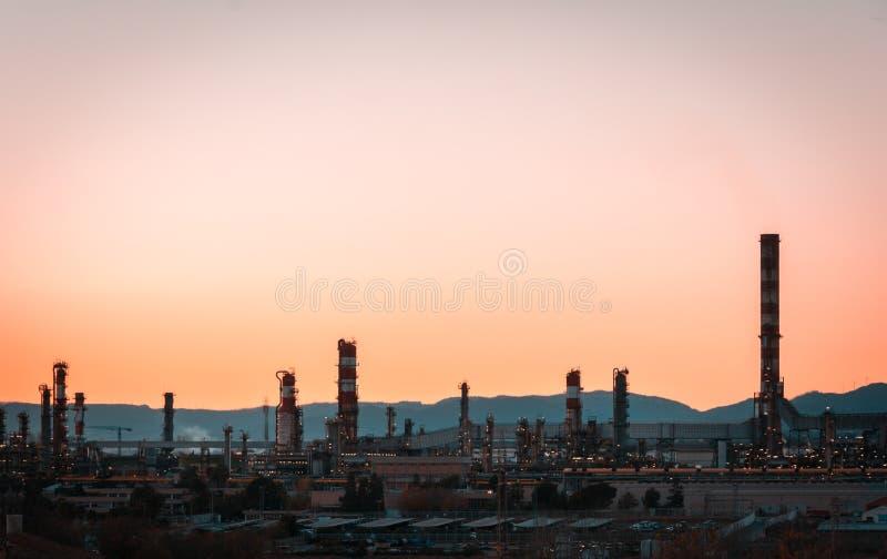 小野鸭和工厂烟囱-炼油厂橙色心情-石油化工厂 库存照片
