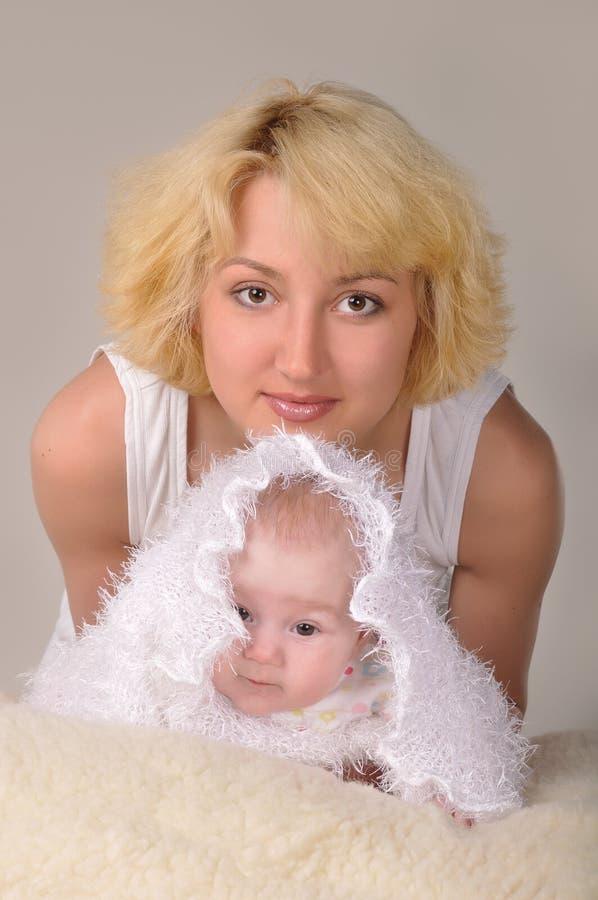小金发碧眼的女人她的妇女 免版税库存图片