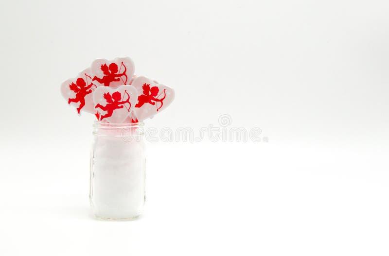 小金属螺盖玻璃瓶充满红色丘比特杯形蛋糕采摘 库存照片