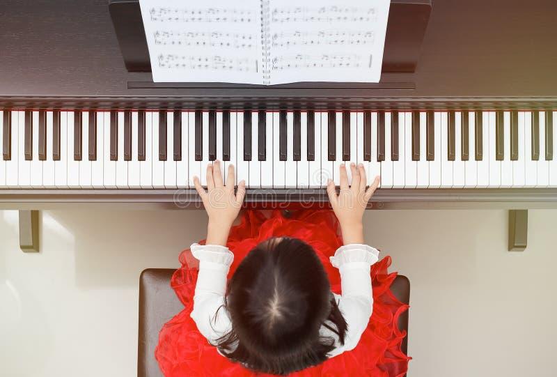 小钢琴演奏家 免版税图库摄影