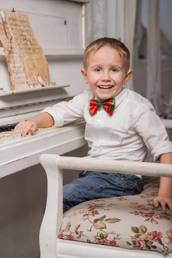 小钢琴演奏家 库存图片