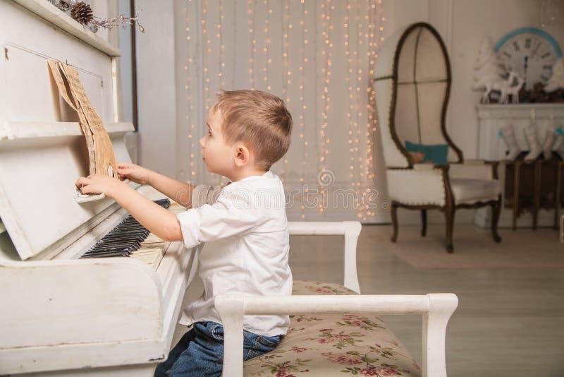 小钢琴演奏家 免版税库存照片