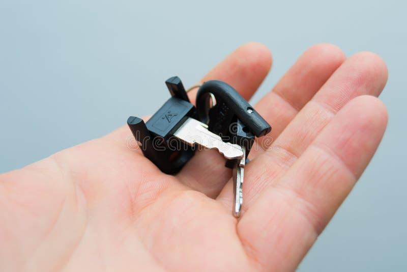 小钥匙在人的手上 库存照片