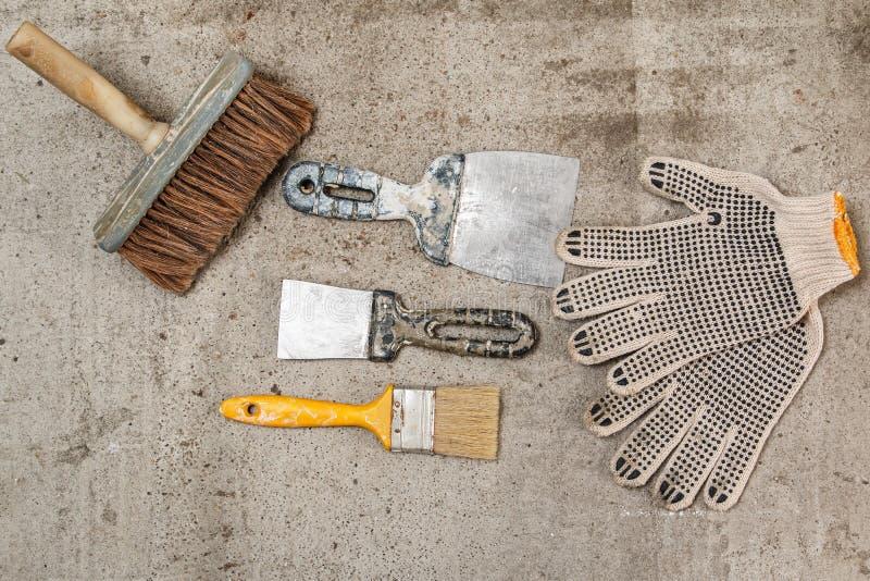 小铲、刷子和手套 库存图片