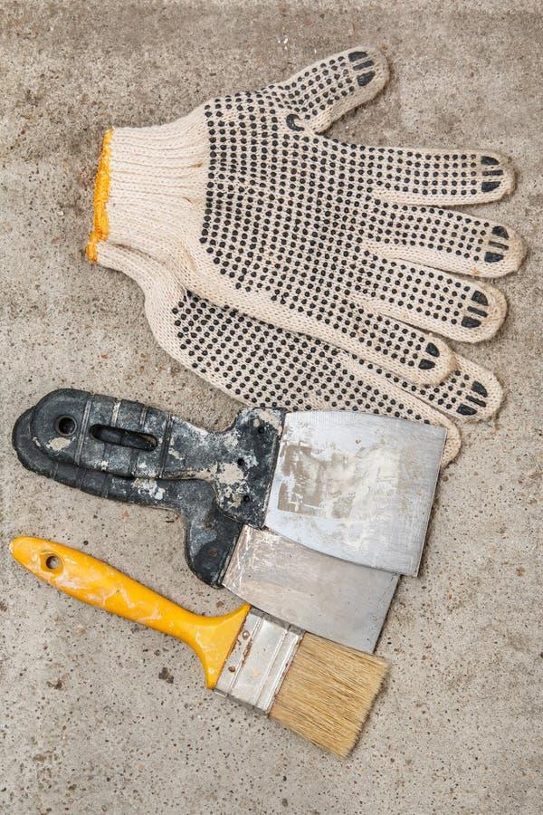小铲、刷子和手套 库存照片