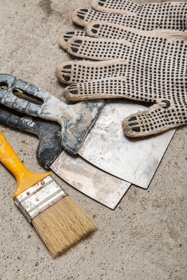 小铲、刷子和手套 免版税库存照片