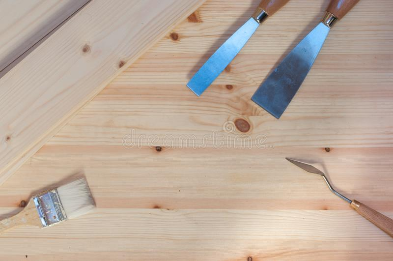 小铲和刷子木表面上 库存照片