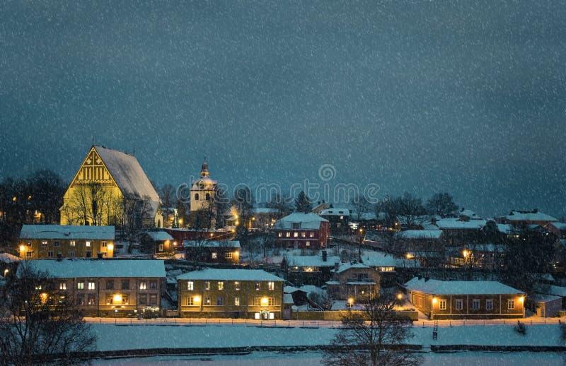 小镇冬天横向在与降雪的夜间 免版税库存图片
