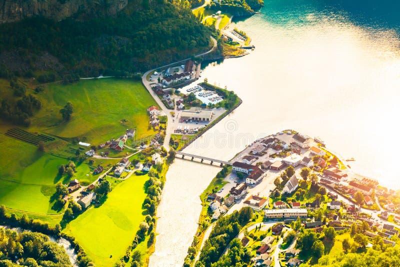 小镇和巡航口岸Aurlandsvangen在挪威海湾 v 免版税库存照片