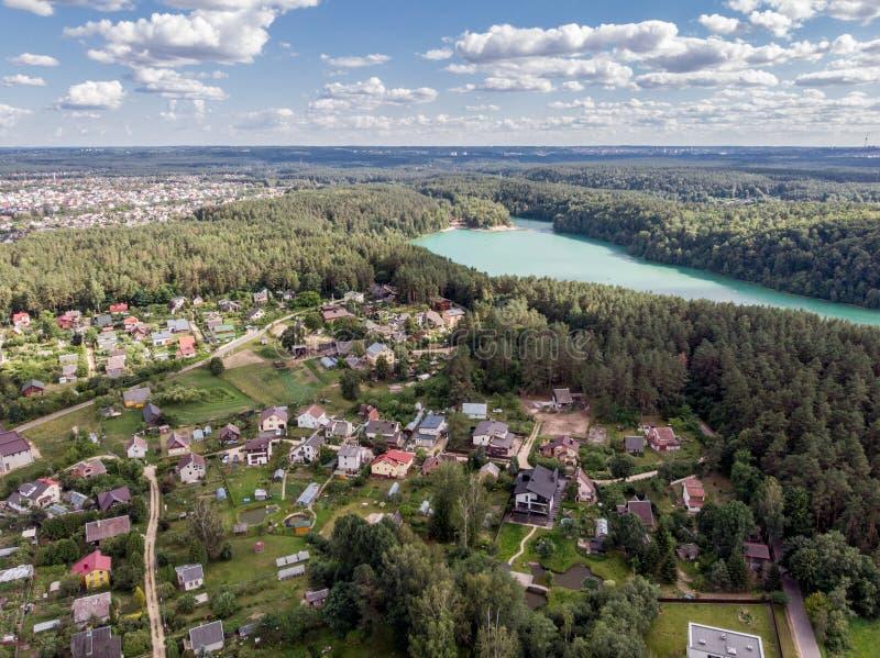 小镇寄生虫视图在湖附近的 免版税库存图片