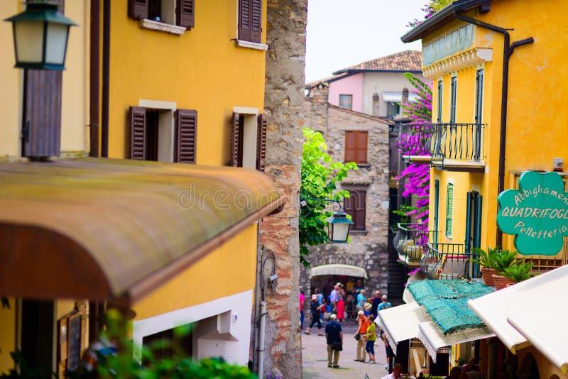 小镇街道在加尔达湖意大利 免版税库存图片