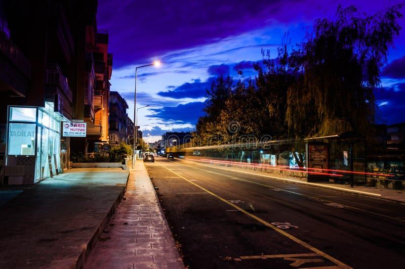 小镇街道晚上 免版税库存图片