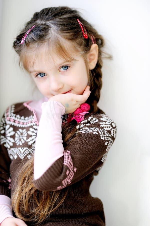 小长期秀丽辫子黑暗的女孩 图库摄影