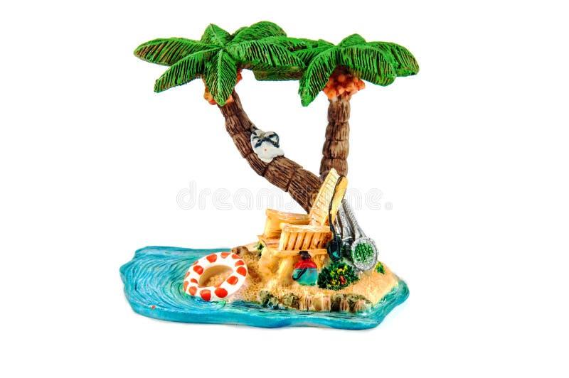 小雕象- Deckchair在棕榈树下在海滩的热带 库存图片