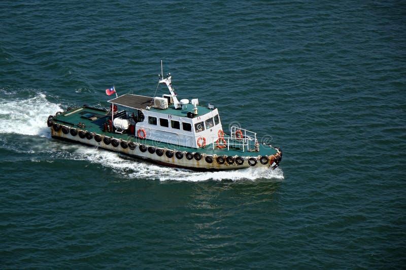 小领航船回到港口 免版税库存图片