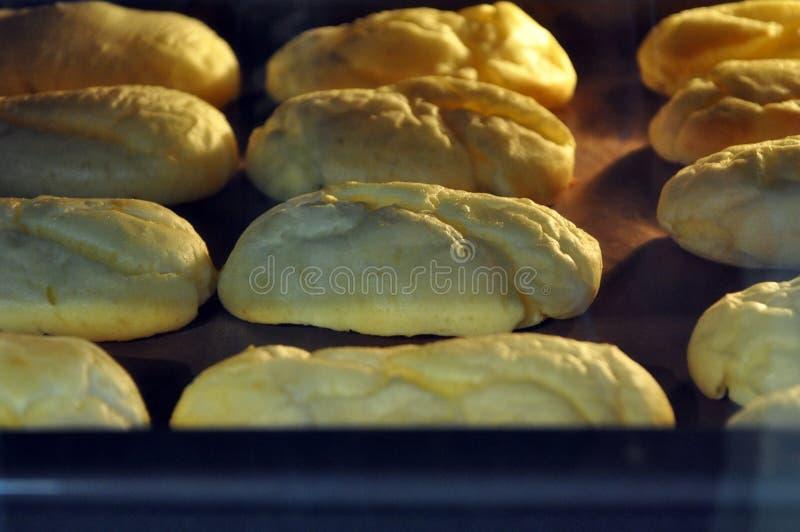 小饼在烤箱结块 免版税图库摄影