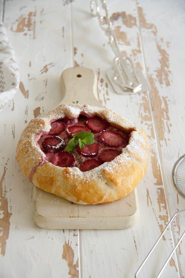 小饼用乳脂干酪、新鲜的草莓和薄菏 库存图片