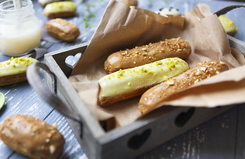 小饼用巧克力和打好的奶油在黑暗的背景 免版税库存图片