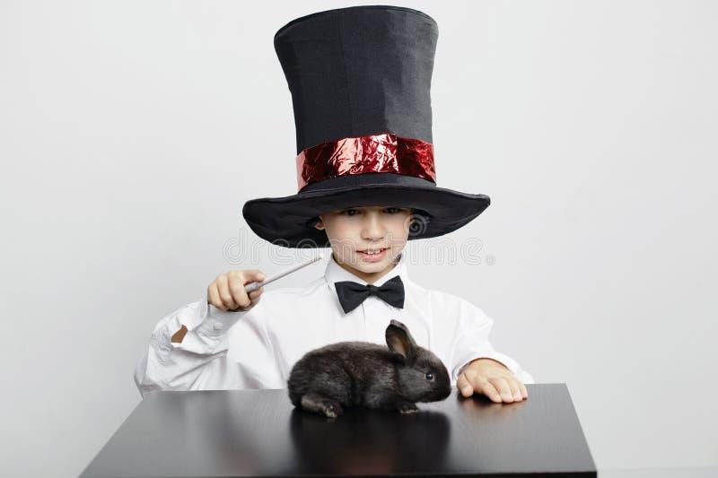 小魔术师用兔子 库存照片