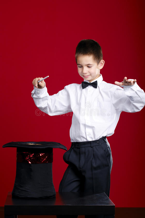 小魔术师用兔子 免版税库存照片