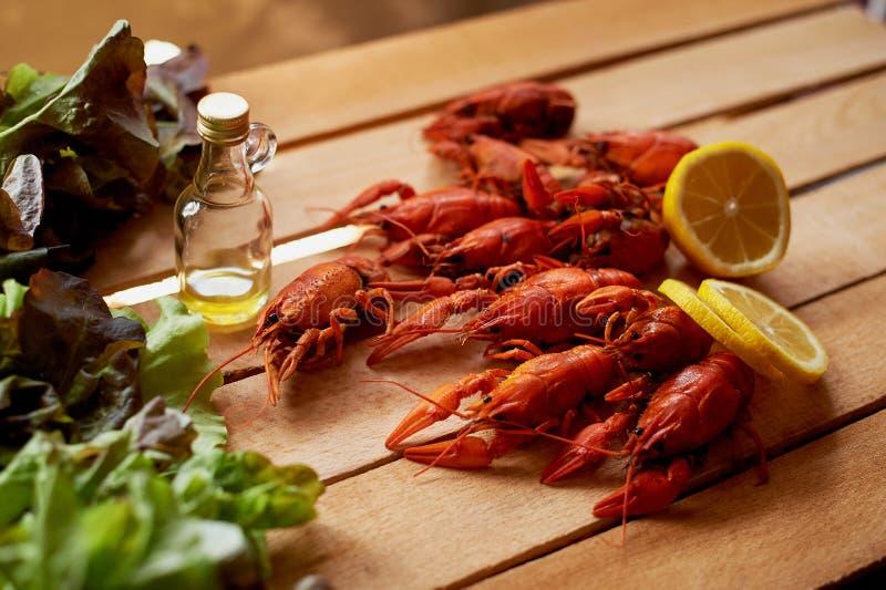 小龙虾,一个瓶橄榄油,木表面上的新沙拉谎言 bufala食物意大利地中海无盐干酪 库存照片