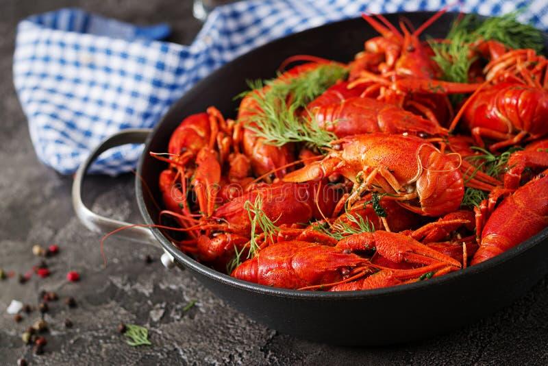 小龙虾 红色煮沸了在桌在土气样式,特写镜头上的crawfishes 图库摄影