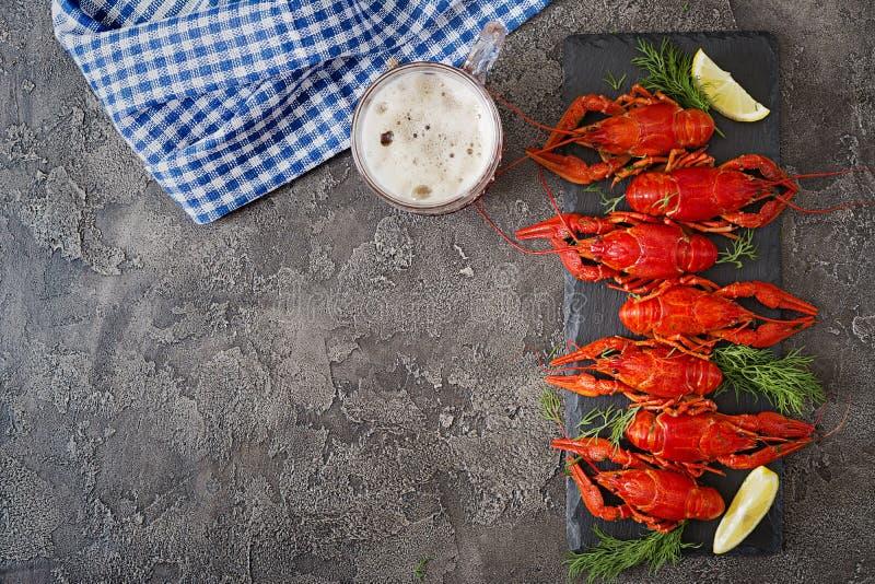小龙虾 红色煮沸了在桌在土气样式,特写镜头上的crawfishes 免版税库存照片