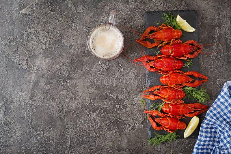 小龙虾 红色煮沸了在桌在土气样式,特写镜头上的crawfishes 免版税图库摄影