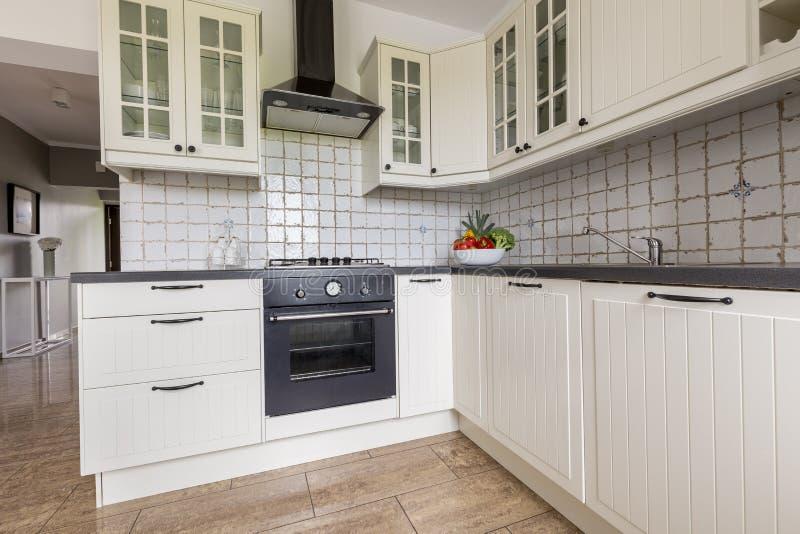 小,但是功能厨房想法 免版税库存图片