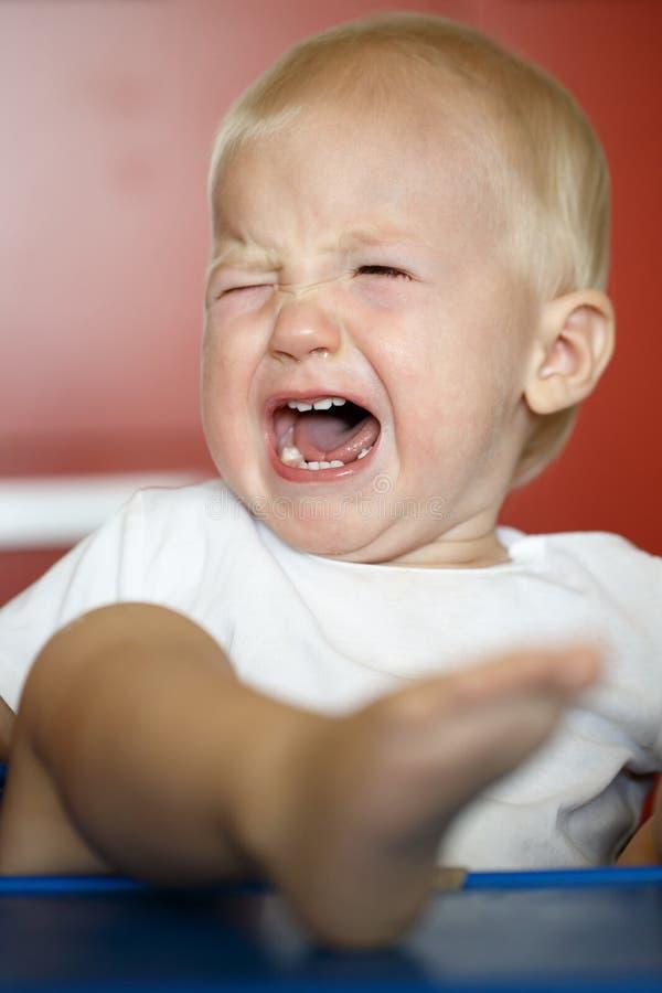 小,哭泣和有发怒的小孩脾气勃然大怒 免版税图库摄影