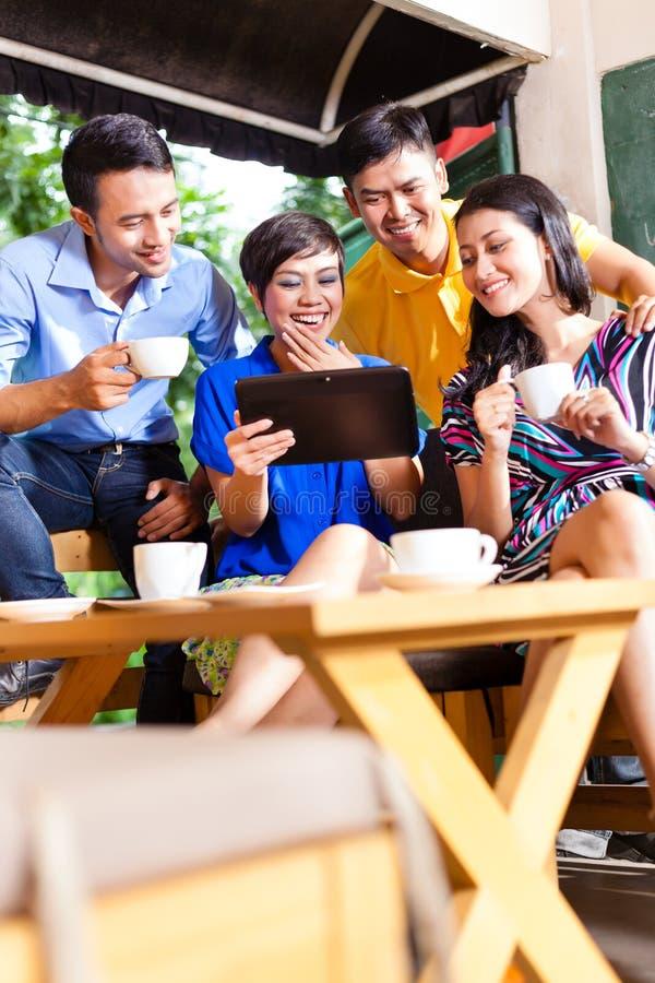 小组一家亚洲咖啡店的青年人 图库摄影