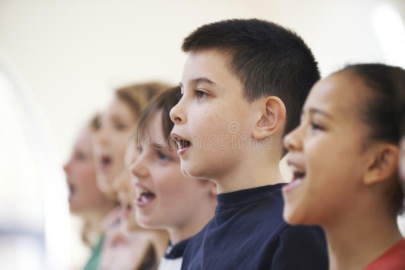 小组一起唱歌在唱诗班的小学生 免版税图库摄影