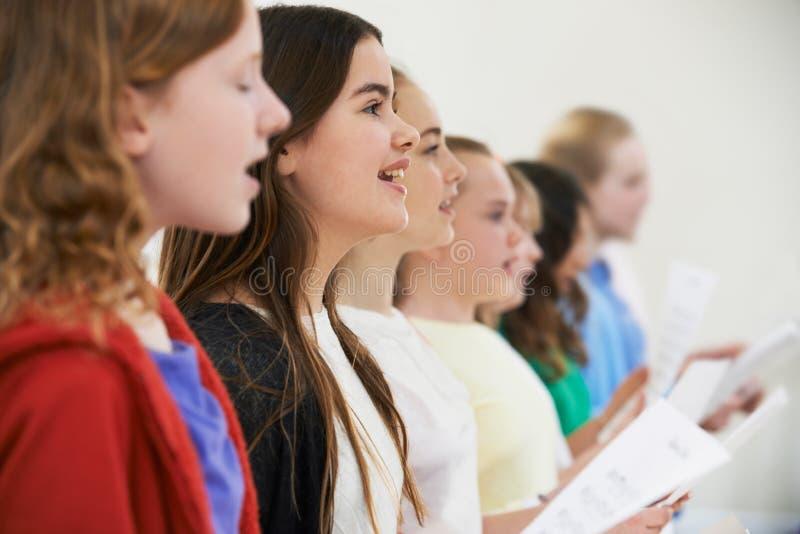 小组一起唱歌在唱诗班的小学生 库存图片