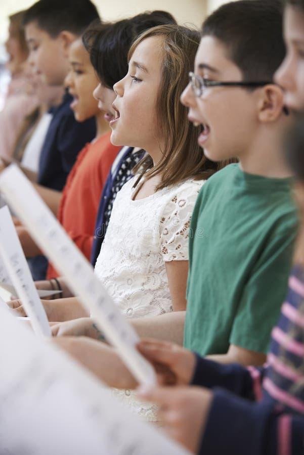 小组一起唱歌在唱诗班的小学生 免版税库存图片