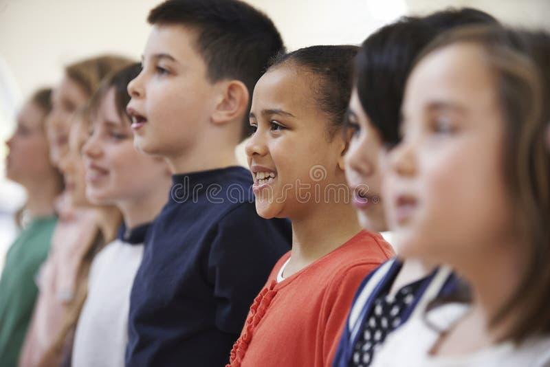 小组一起唱歌在唱诗班的小学生 免版税库存照片