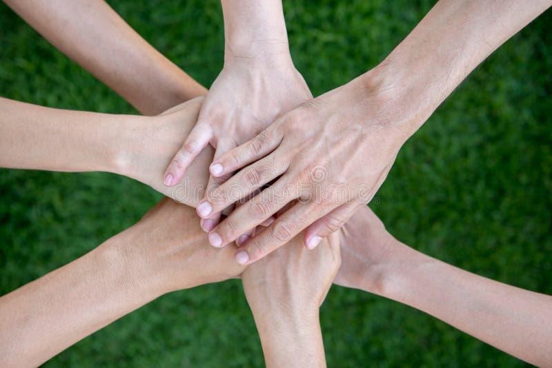 小组不同的不同种族的人配合概念 库存图片