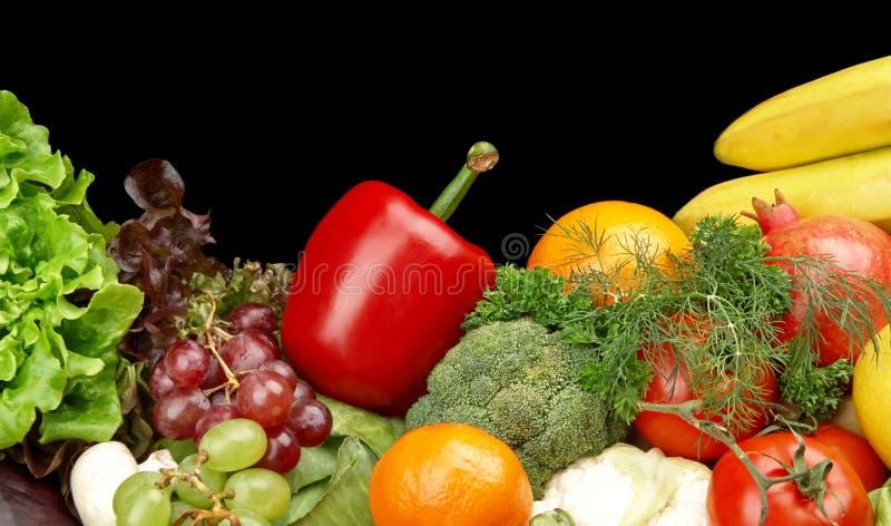 小组不同的蔬菜和水果在黑色 免版税库存照片