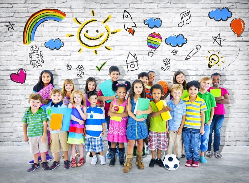 小组不同种族的快乐的孩子 免版税库存图片