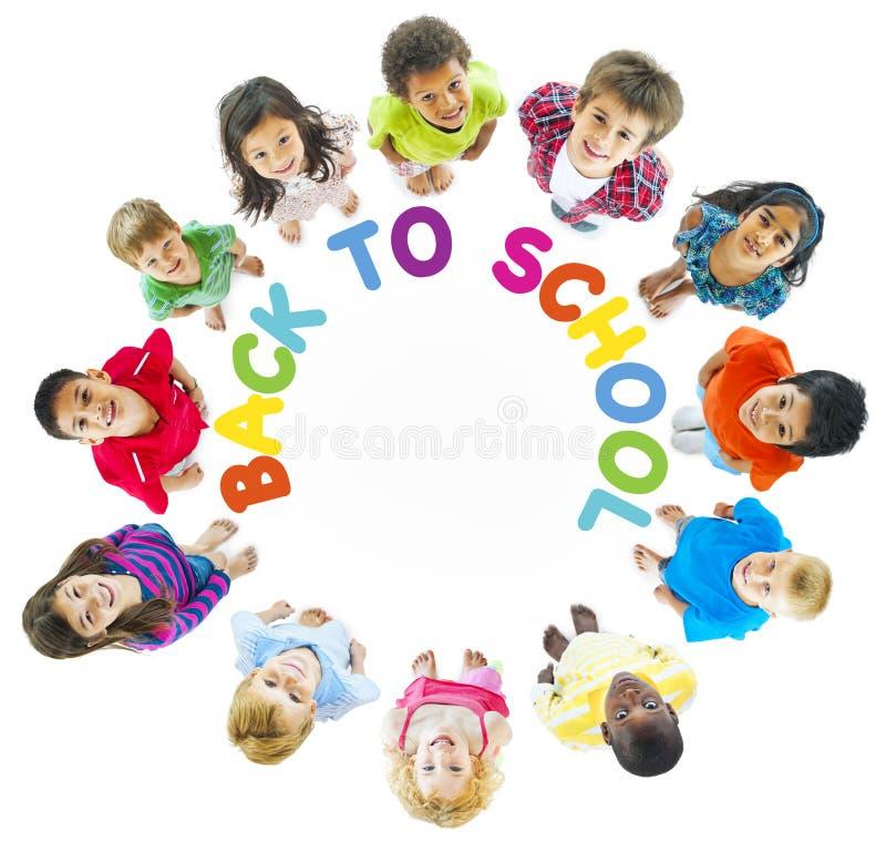 小组与回到学校的孩子 免版税库存照片